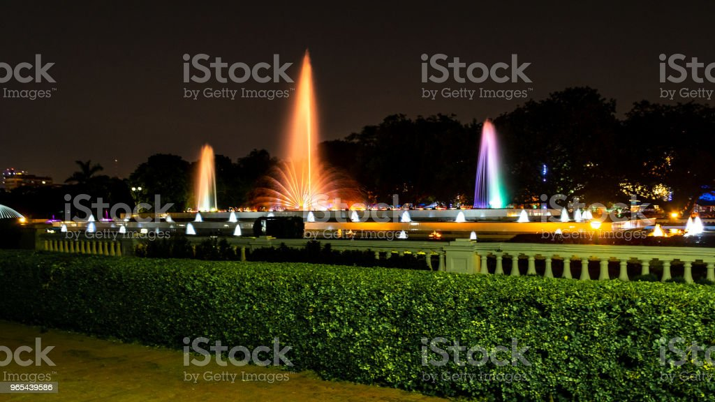 跳舞噴泉 - 免版稅光圖庫照片