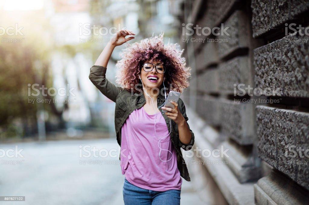 Dançando nas ruas da cidade - Foto de stock de 20 Anos royalty-free