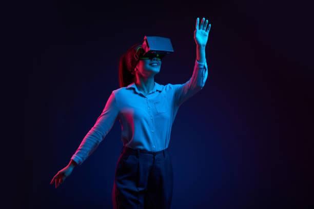 sanal gerçeklik gözlükte dans - sanal gerçeklik stok fotoğraflar ve resimler