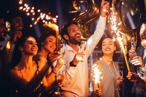 bailando el año nuevo - año nuevo fotografías e imágenes de stock