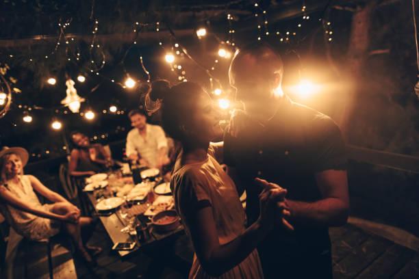 tanzen auf einer dinner-party - griechische partyspeisen stock-fotos und bilder