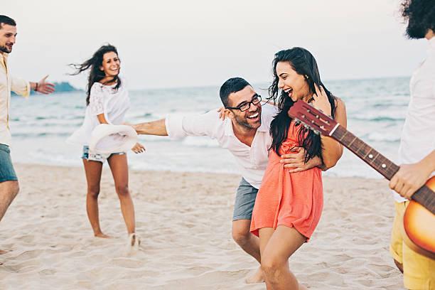 tanzen am strand  - tanz camp stock-fotos und bilder