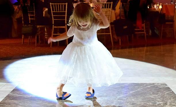 dancing queen-size-bett - hochzeitsfeier mit kindern stock-fotos und bilder
