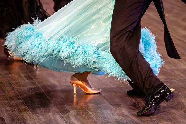 Tanzende Schuhe Füße und Beine von weiblichen und männlichen Paar Ballsaal – Foto