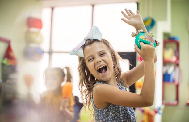 tanzen nach ihrer eigenen melodie. - one song training stock-fotos und bilder