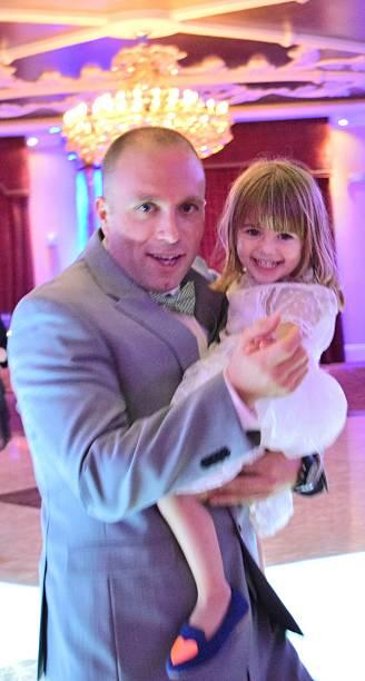 tanzen mit papa - hochzeitsspiele eltern stock-fotos und bilder