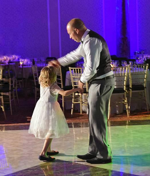 tanzen mit papa - hochzeitsfeier mit kindern stock-fotos und bilder