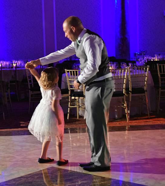 tanzen mit daddy - hochzeitsfeier mit kindern stock-fotos und bilder