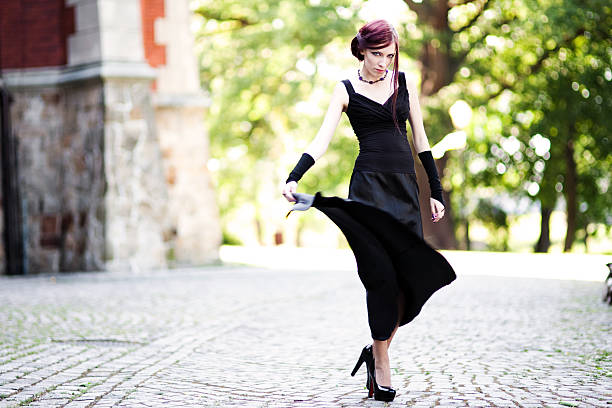 frau im schwarzen kleid tanzen - hofkleider stock-fotos und bilder
