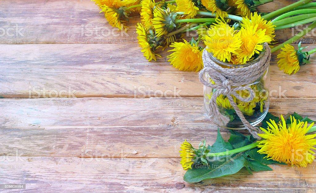 Pissenlits fleurs en pot en verre et bouquet - Photo