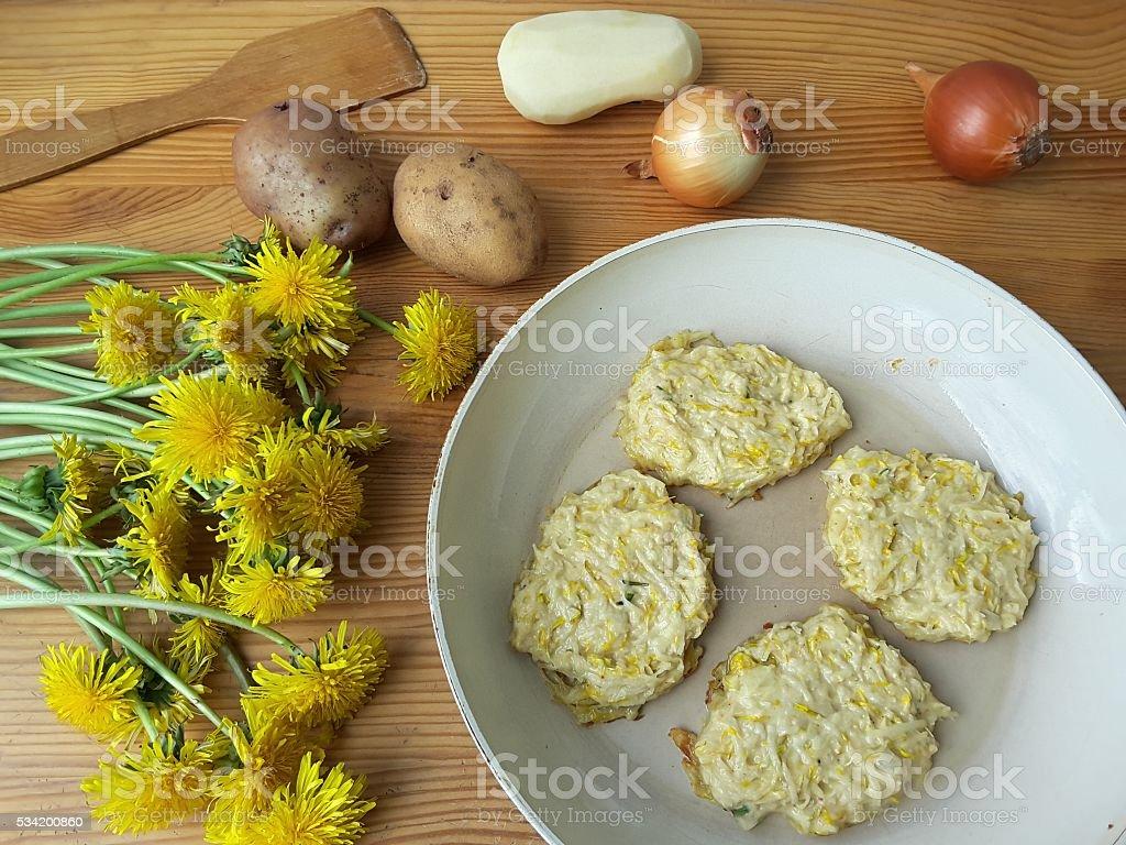 Одуванчики цветы с картофеля и Лука бургеры, приготовление пищи стоковое фото