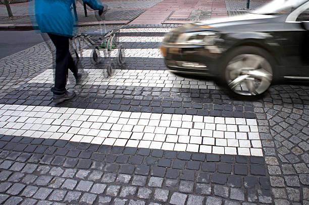 gefahr am fußgängerüberweg - fußgänger stock-fotos und bilder
