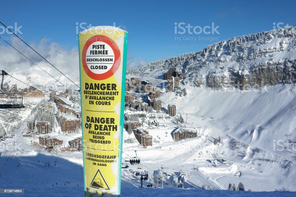 Signal de danger au-dessus de la station de ski d'Avoriaz. - Photo
