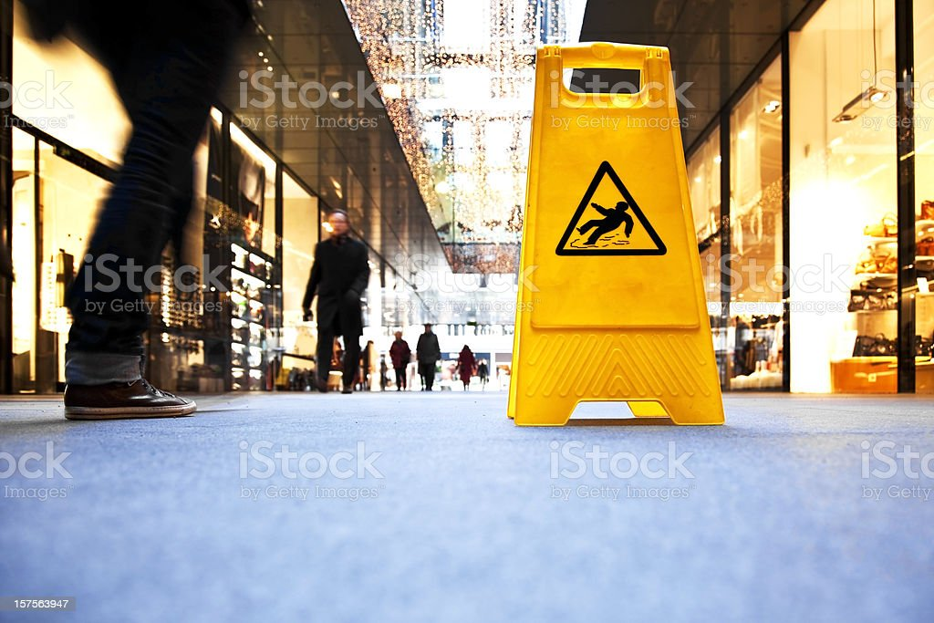 Segnale di pericolo in un centro commerciale - foto stock
