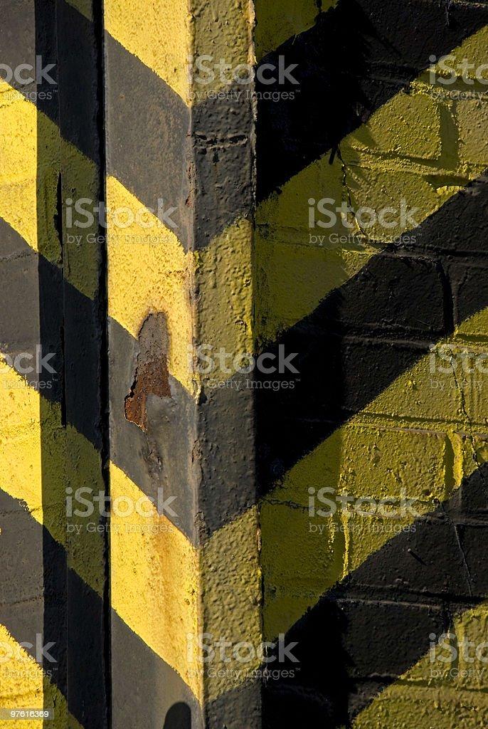 Signes de Danger zone jaune et noir sur old brick intégré photo libre de droits