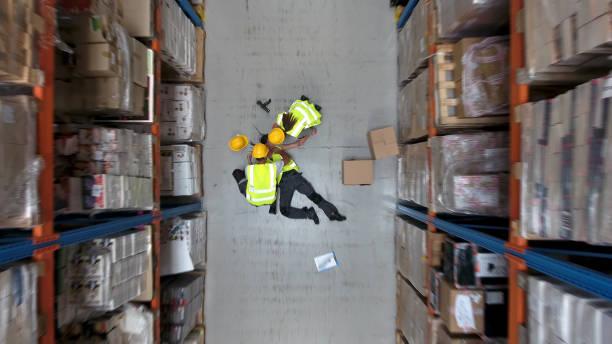 gevaarlijk ongeval tijdens het werk. luchtfoto magazijn - ongeluk transportatie evenement stockfoto's en -beelden