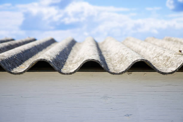 Dangerous asbestos roof panels - one of the most dangerous materials in the construction industry - foto stock