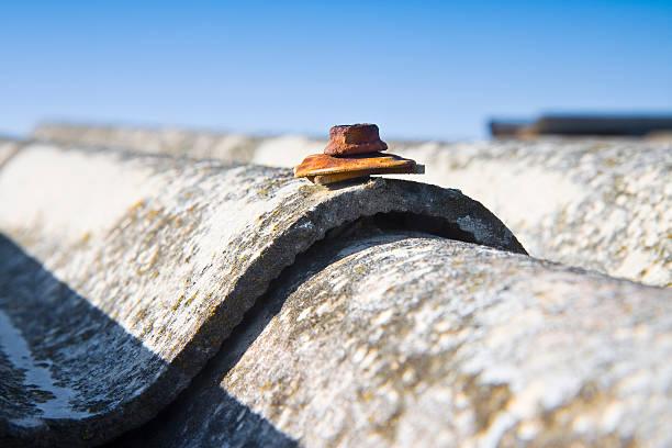 Pericoloso tetto amianto - foto stock