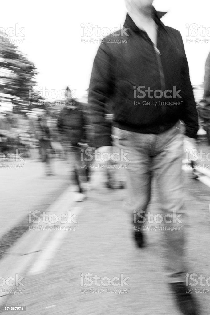 Dangereux de groupe de personnes marchant vers le œil de la caméra. - Photo