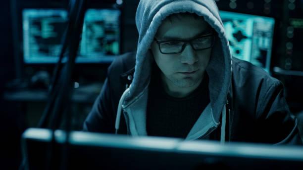gefährliche kapuzen hacker bricht in regierung datenserver und ihr system mit einem virus infiziert. seinem versteck ort hat dunkle atmosphäre, mehrere displays, kabel überall. - keller organisieren stock-fotos und bilder