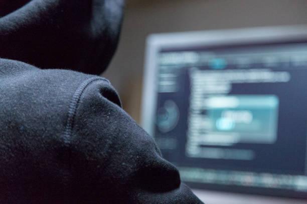 gefährliche kapuzen hacker bricht in regierung datenserver und ihr system mit einem virus infiziert. - keller organisieren stock-fotos und bilder