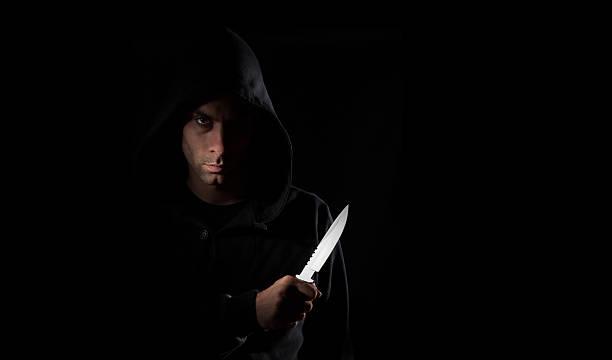 Perigoso hooded homem segurando faca - foto de acervo