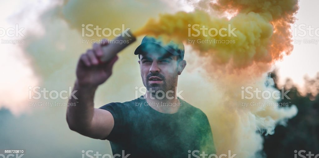 Hombre peligroso - foto de stock