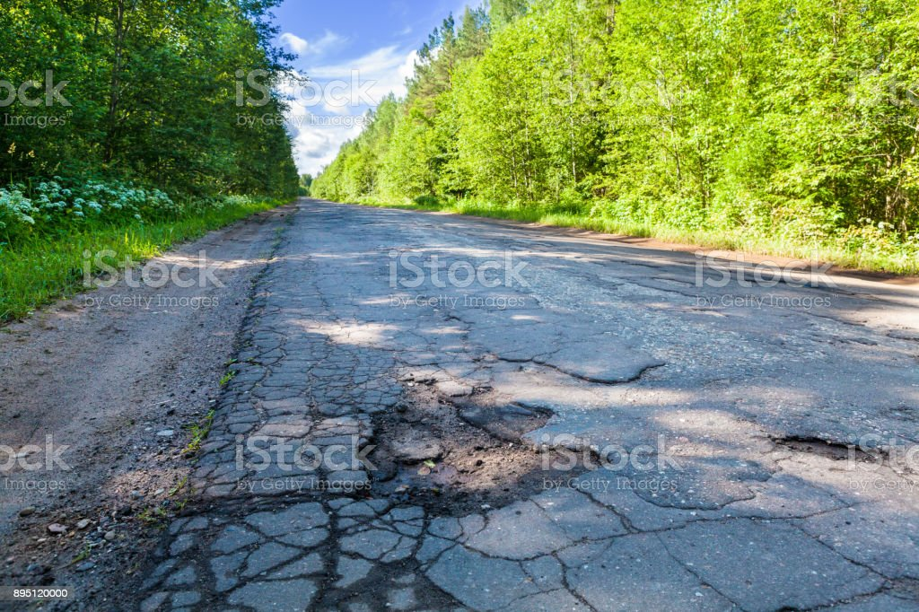Gefährliche Schlagloch in der ländlichen Asphaltstraße. Straßenschäden – Foto