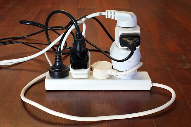 dangerous power board - rallonge électrique photos et images de collection