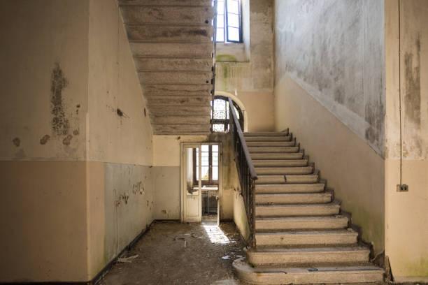 een gevaarlijke trap in een verlaten gebouw - slechte staat stockfoto's en -beelden