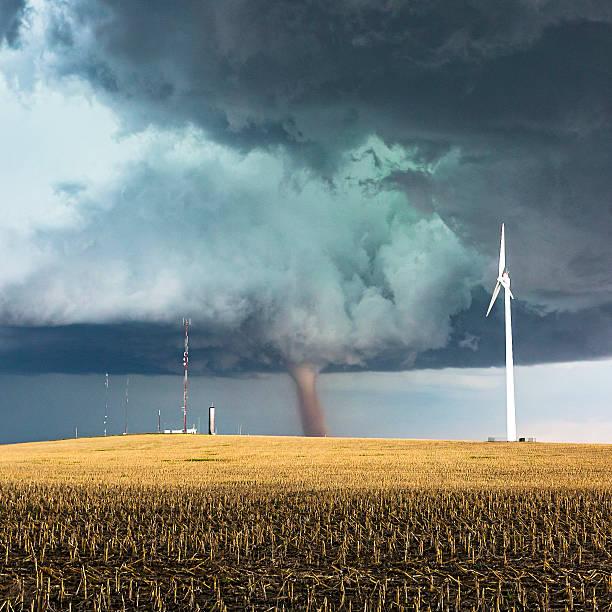 tornado perigosa com torres de vento energias e telecomunicações - tornado - fotografias e filmes do acervo