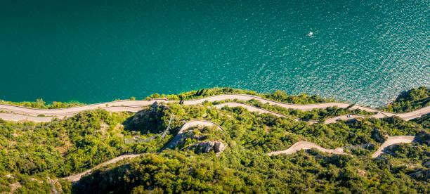 gefährliche Kurvenstraße am Gardasee in Italien – Foto