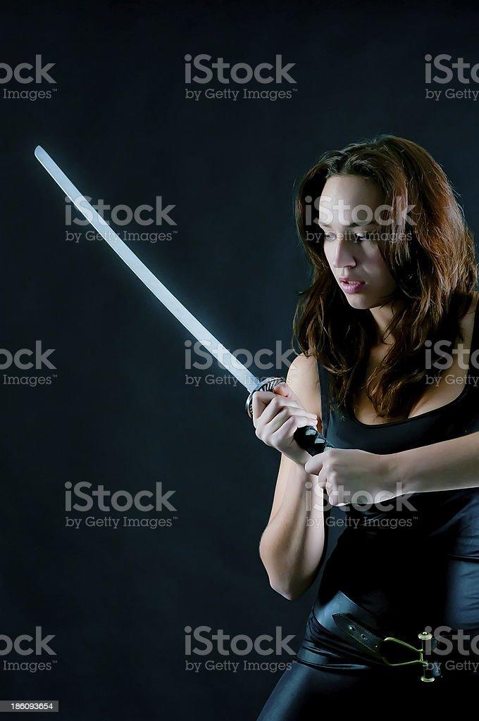 Опасные женщина с меч в руки стоковое фото