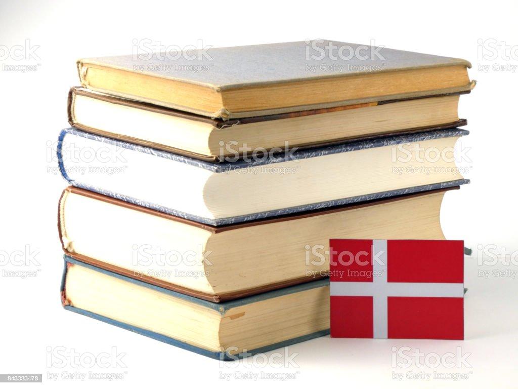 Bandera danesa con pila de libros aislados en fondo blanco - foto de stock