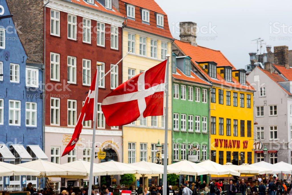 Nyhavn de banderas danesas Copenhague, Dinamarca - foto de stock