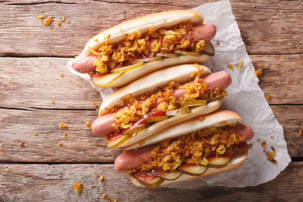 alimento dinamarquês: cachorro-quente com cebola crocante e close-up de pepinos em conserva. vista superior horizontal - junk food - fotografias e filmes do acervo