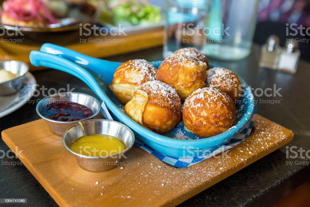 Dänische Pfannkuchen mit Puderzucker Zitroneklumpen und preiselbeerkonfitüre dips frühstücksgericht – Foto