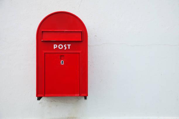 Dänischen roten Briefkasten an der Wand – Foto