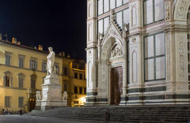 dante alighieri-statue in der nähe der kirche santa croce in florenz in der nacht - göttliche komödie stock-fotos und bilder