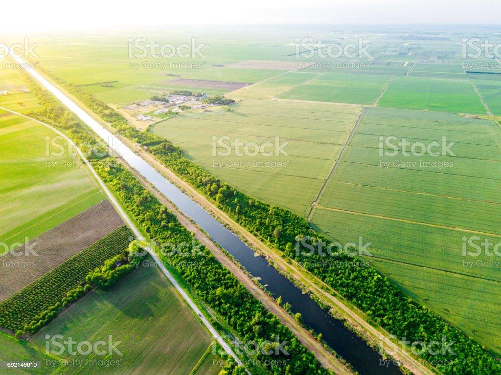Canal del Danubio se extiende entre granjas y explotaciones agrícolas - foto de stock
