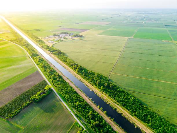 donau-kanalen sträcker sig mellan jordbruksskiften och gårdar - biologisk mångfald bildbanksfoton och bilder