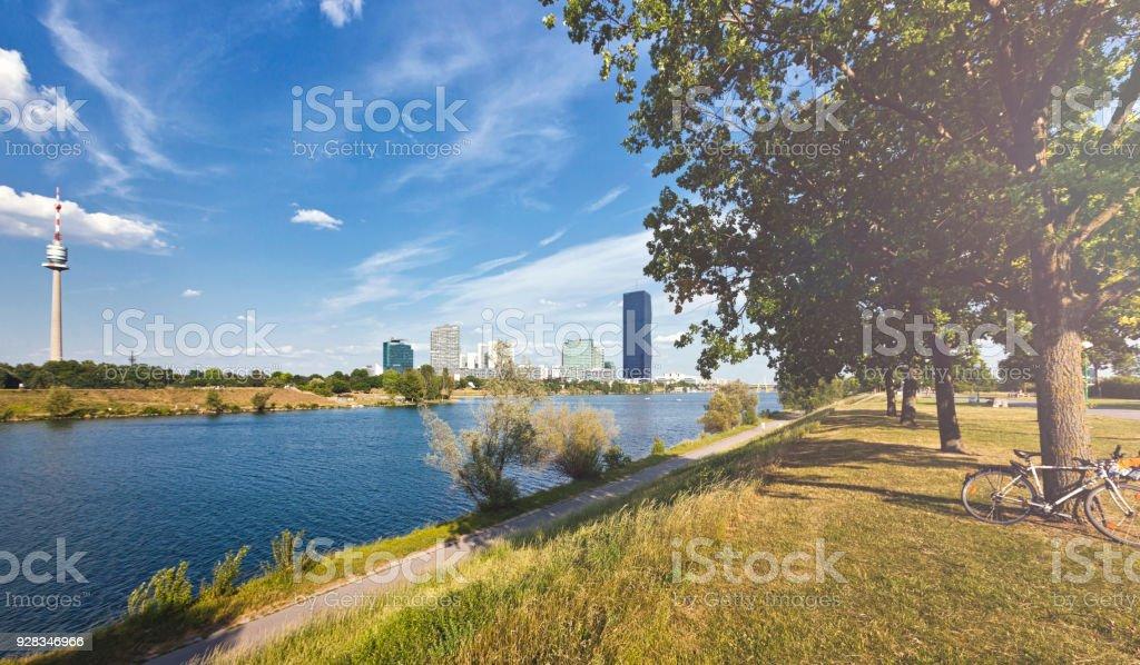 Donauinsel mit der Donau-City-Wien und der neue DC-Tower – Foto