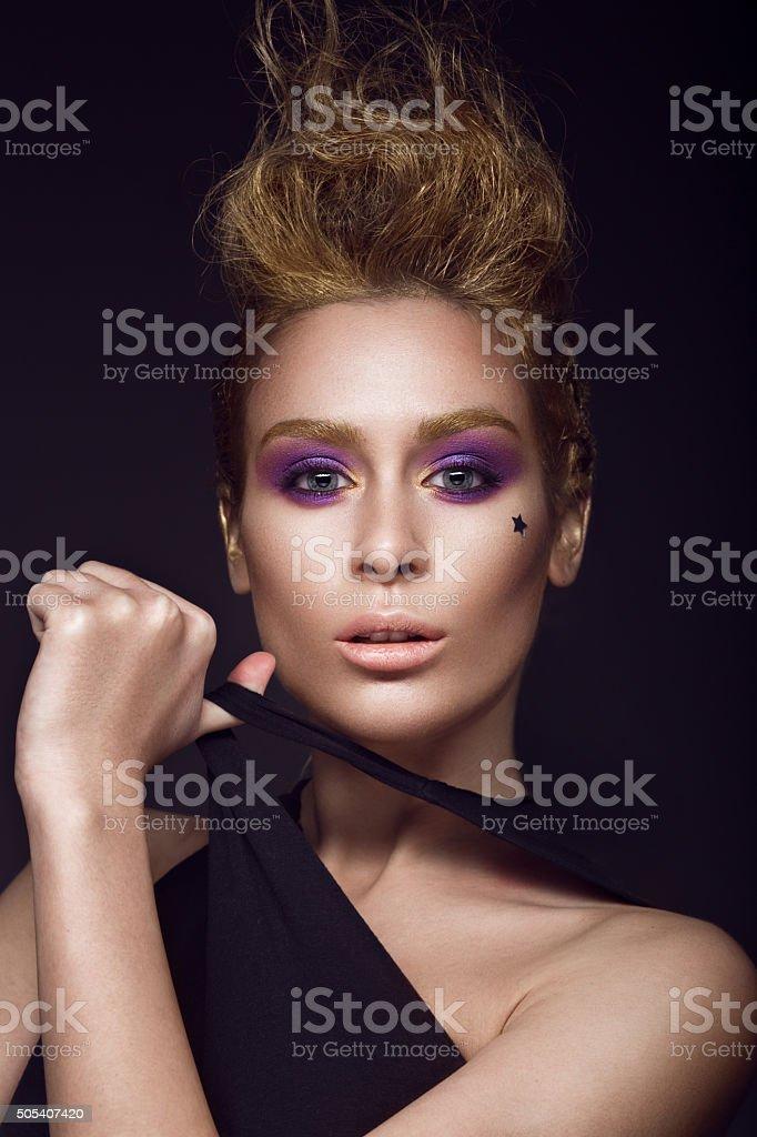 Stilvolle Madchen Mit Trendige Frisur Gemalt In Gold Punk Stockfoto