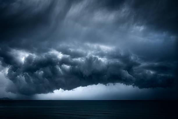oscuras y dramáticas nubes tormentosas sobre el mar - foto de stock