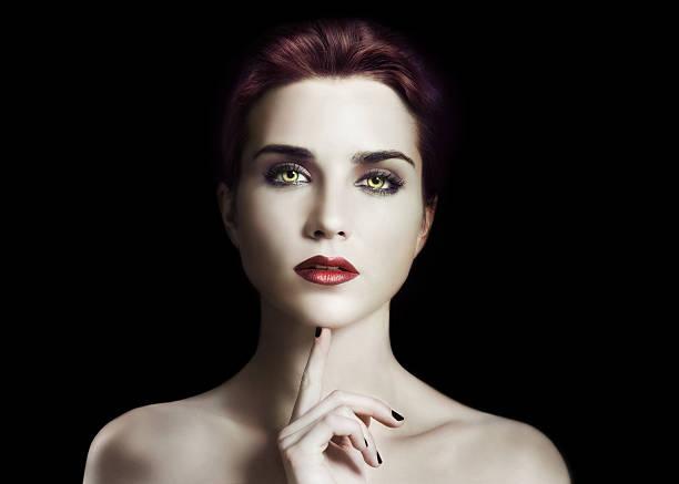 sombre et style gothique dans le studio - vampire femme photos et images de collection
