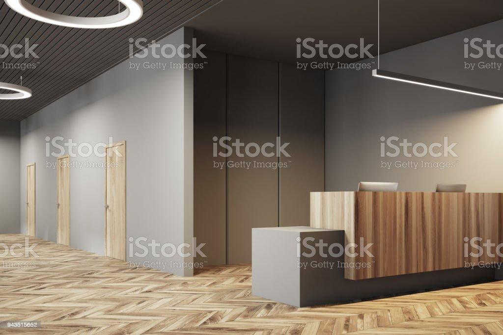 Bureau sombre et en bois côté réception u photos et plus d images