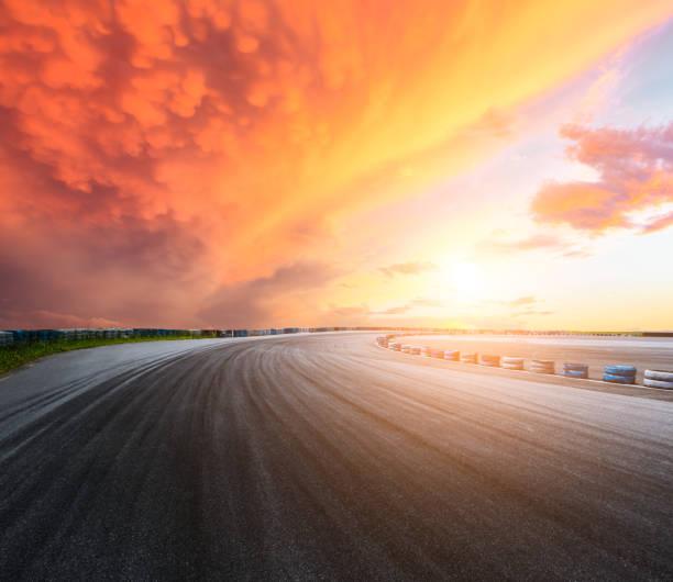 Circuit sur route asphalte sombre et le ciel au coucher du soleil - Photo