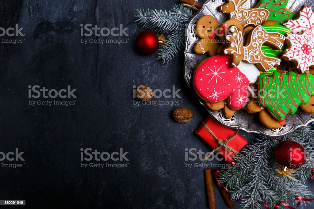 Dark background and with a layout in the corner of a Christmas cookie. View from above. - foto stock