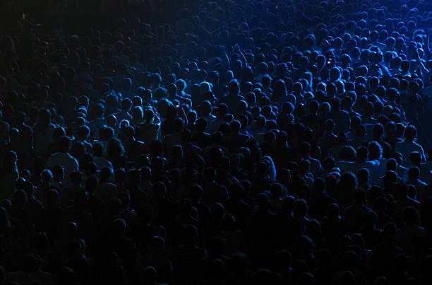 Multidão torcendo em um concerto hall - foto de acervo
