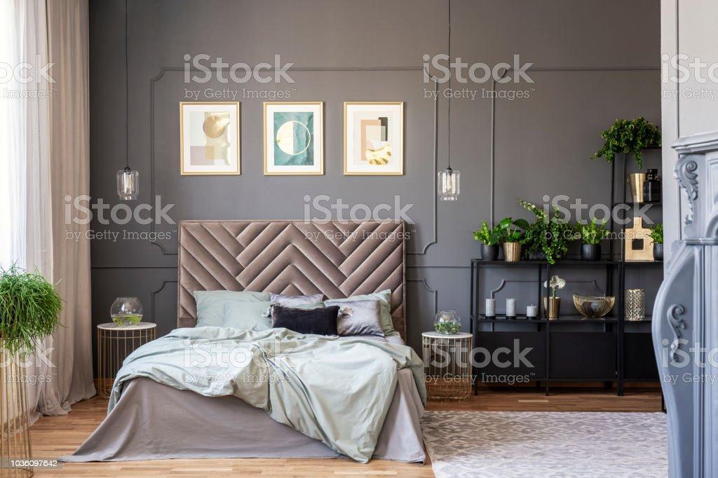 Dunkles Schlafzimmer Innenraum Mit Einem Bequemen Doppelbett, Gemälden Und  Schwarze Regal Und Wand Spritzgießen